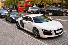 Kiev, Ucraina; 20 aprile 2014; Audi R8 contro Porsche 911 Carrera Supercar combinato immagini stock libere da diritti