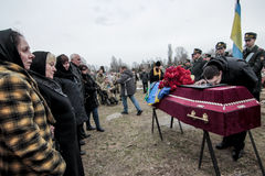 KIEV, UCRAINA - aprile 3, 2015: Cerimonia funerea per il meccanico ucraino Igor Branovitskiy che è stato ucciso in Ucraina orient fotografia stock libera da diritti