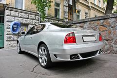 Kiev, Ucraina; 10 aprile 2014 Coupé 4 di Maserati 2 V8 nella città immagine stock