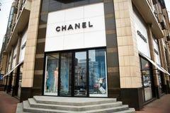 Kiev, Ucraina - 12 aprile 2016: Esterno della vendita al dettaglio di Chanel Immagini Stock