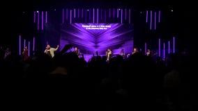 KIEV, UCRAINA - 21 APRILE 2019: La gente canta nella chiesa Concerto, culto di Dio nella chiesa cristiana archivi video