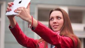 KIEV, UCRAINA - 14 aprile 2015: Soggiorno della giovane donna sulla via con la compressa digitale stock footage