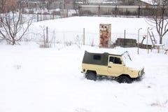 Kiev, Ucraina; 10 aprile 2014 Vecchia automobile Luaz 969 nella neve immagini stock