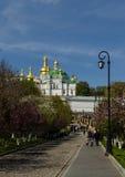 KIEV, UCRAINA - 17 aprile 2017: Vista della chiesa del refettorio e della cattedrale di Uspensky, Kiev-Pecherskaya Lavra Immagini Stock Libere da Diritti