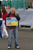 Kiev, Ucraina - Auguct 24, 2016: Uomo sul quadrato di indipendenza che tiene un manifesto Fotografie Stock