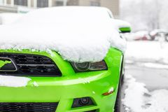 Kiev, Ucraina - 9 febbraio 2018: Precipitazioni nevose di sotto all'aperto parcheggiate edizione potente di Ford Mustang Boss al  fotografia stock