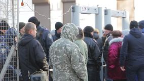 Kiev, Ucraina - 18 gennaio: Passeggiata della gente tramite un metal detector video d archivio
