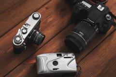 Kiev, Ucraina - 21 gennaio 2019: Tre macchine fotografiche su un fondo di legno Macchina fotografica di CANON fotografia stock
