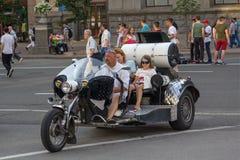 Kiev, Ucraina - 19 giugno 2016: Giro della figlia e della madre su un motociclo Immagini Stock