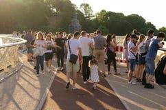 Kiev, Ucraina - 11 giugno 2019 Ponte pedonale dall'arco di amicizia della gente al parco Vladimirskaya Gorka fotografia stock libera da diritti