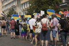 Kiev/Ucraina - 23 giugno 2019: Pride Parade annuale LGBT Gay Pride Parade con i colori e le bandiere dell'arcobaleno fotografia stock libera da diritti