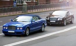 Kiev, Ucraina 17 giugno 2010 Supercar combinato Bentley Azure & Bentley Continental GT immagine stock