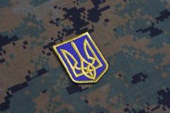 KIEV, UCRAINA - 16 luglio, 2015 Distintivo dell'uniforme dell'esercito dell'Ucraina Immagini Stock Libere da Diritti