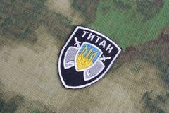 KIEV, UCRAINA - 16 luglio, 2015 Ministero del distintivo dell'uniforme del titano di affari interni (Ucraina) immagini stock