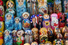 Kiev, Ucraina - 12 maggio 2018: Bambole annidate con differenti caratteri compreso presidente Donald Trump immagine stock libera da diritti