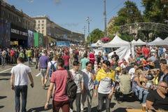 KIEV, UCRAINA - 26 maggio 2018 fan spagnoli che prendono foto con la gente nella zona del fan a Kiev sul campione aspettante dell immagine stock