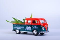 Kiev Ucraina - 29 maggio 2019 Modello del giocattolo del tipo di Volkswagen - 2, T1, raccolta 2 con le foglie della cannabis sul  immagini stock libere da diritti