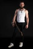 KIEV, UCRAINA - 3 maggio 2017 Un uomo carismatico ed alla moda con una barba giudica una chitarra elettrica in sua mano sul nero  Fotografia Stock