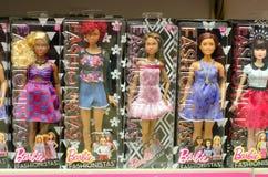 Kiev, Ucraina - 24 marzo 2018: Barbie Toys da vendere nel supporto del supermercato Barbie è una bambola di modo manifatturiera d fotografia stock