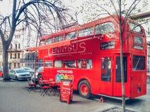 KIEV, UCRAINA - 25 MARZO 2019: Bus rosso dell'autobus a due piani britannico - caffè nel centro urbano fotografia stock
