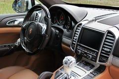 Kiev, Ucraina; 3 marzo 2015; Sala d'esposizione Porsche Cayenne dell'automobile Nuova automobile Parti del veicolo in film fotografia stock libera da diritti