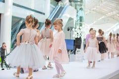 Kiev, Ucraina 3 marzo 2019 UKFW I bambini ucraini adattano il giorno le piccole ragazze di modello contaminano sul podio alla sfi immagine stock