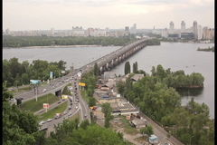 KIEV, UCRAINA - 1° marzo 2017: Vista del fiume Dnieper con il ponte a Kiev archivi video