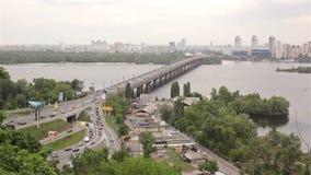 KIEV, UCRAINA - 1° marzo 2017: Vista del fiume Dnieper con il ponte a Kiev stock footage