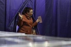 KIEV, UCRAINA - 15 novembre 2015: 1.088 di 1.089 seggi elettorali si sono aperti in Kyiv a 08 00 a M. Fotografia Stock Libera da Diritti