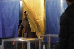 KIEV, UCRAINA - 15 novembre 2015: 1.088 di 1.089 seggi elettorali si sono aperti in Kyiv a 08 00 a M. Immagine Stock Libera da Diritti