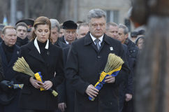 KIEV, UCRAINA - 28 novembre 2015: Presidente dell'Ucraina Petro Poroshenko e la sua moglie ha commemorato le vittime del carestia Immagine Stock