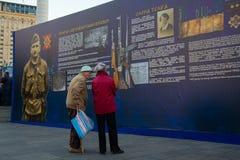 Kiev, Ucraina - 14 ottobre 2018: Gli anziani considerano i materiali storici sul Maidan Nezalezhnosti fotografia stock