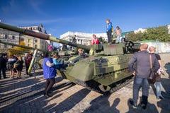 Kiev, Ucraina - 14 ottobre 2018: La gente che visita la mostra di attrezzatura militare sul quadrato di Mikhailovskaya fotografia stock libera da diritti