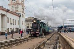 Kiev, Ucraina - 14 ottobre 2017: Partenza di retro locomotiva con i simboli sovietici Immagini Stock