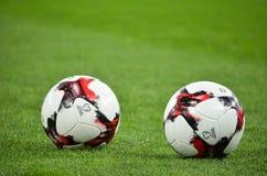 KIEV, UCRAINA - 9 ottobre 2017: Una bugia di due palloni da calcio sulla La Immagini Stock Libere da Diritti