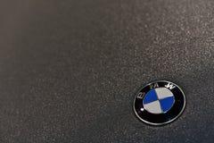 Kiev/Ucraina - 03 02 18: Segno di BMW sul corpo, che è coperto di polimero protettivo fotografia stock libera da diritti