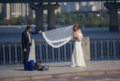 Kiev, Ucraina - 18 settembre 2015: Fotografo che lavora con le persone appena sposate Fotografie Stock Libere da Diritti