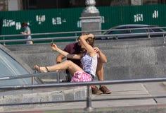 Kiev, Ucraina - 18 settembre 2015: Giovani coppie che fanno selfie sul quadrato di indipendenza Fotografia Stock