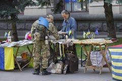 Kiev, Ucraina - 18 settembre 2015: Il soldato in uniforme compra i ricordi Immagine Stock