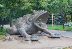 Kiev, Ucraina - 3 settembre 2015: Statua bronzea di un rospo gigante nel parco di Kreschatyj Immagini Stock Libere da Diritti