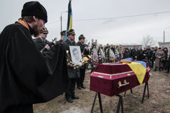 KIEV, UCRANIA - abril 3, 2015: Ceremonia fúnebre para el militar ucraniano Igor Branovitskiy que fue matado en la Ucrania del est Fotos de archivo libres de regalías