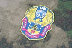 KIEV, UCRANIA - abril 26, 2015 Insignia del uniforme de la O.N.U del ejército de Ucrania Imagen de archivo