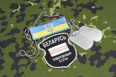 KIEV, UCRANIA - agosto, 06, 2015 Voluntarios bielorrusos en el ejército de Ucrania Guerra 2014 - 2015 de Ruso-Ucrania Insignia un Fotos de archivo