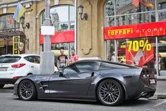 Kiev, Ucrania; 3 de abril de 2014; Chevrolet Corvette ZR1 cerca de la representación de Ferrari fotos de archivo