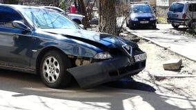 Kiev, Ucrania - 5 de abril de 2018: Coche frontal de los restos del impacto en el camino después del ángulo bajo del accidente almacen de video