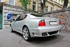 Kiev, Ucrania; 10 de abril de 2014 Cupé 4 de Maserati 2 V8 en la ciudad imagen de archivo