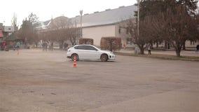 KIEV, UCRANIA - 5 de abril de 2015: Deriva blanca del coche almacen de metraje de vídeo