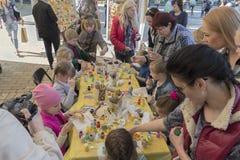 Kiev, Ucrania - 29 de abril de 2016: Los niños pintaron los huevos de Pascua encendido Imagen de archivo libre de regalías