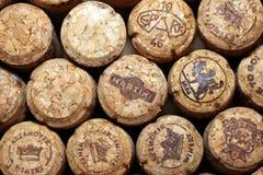 KIEV, UCRANIA - 22 DE ABRIL: Fondo editorial del vino espumoso con los tapónes del vino de Maritini y otras marcas en Apri Fotografía de archivo libre de regalías