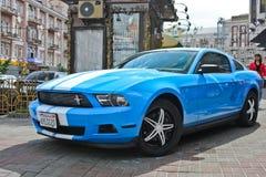 Kiev, Ucrania; 10 de abril de 2014 Ford Mustang en la ciudad fotografía de archivo